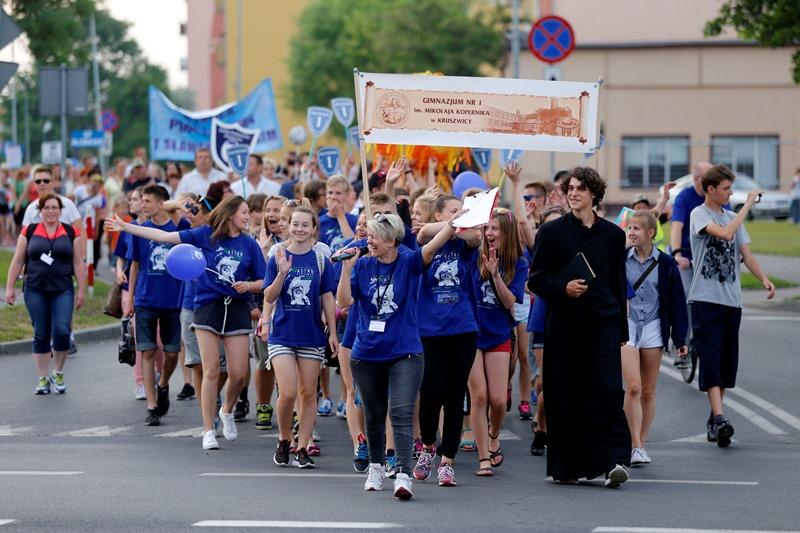 Ilona Dybicz na czele pochodu podczas Astrofestiwalu w Kruszwicy w 2015 roku. Fot. Mikołaj Kuras